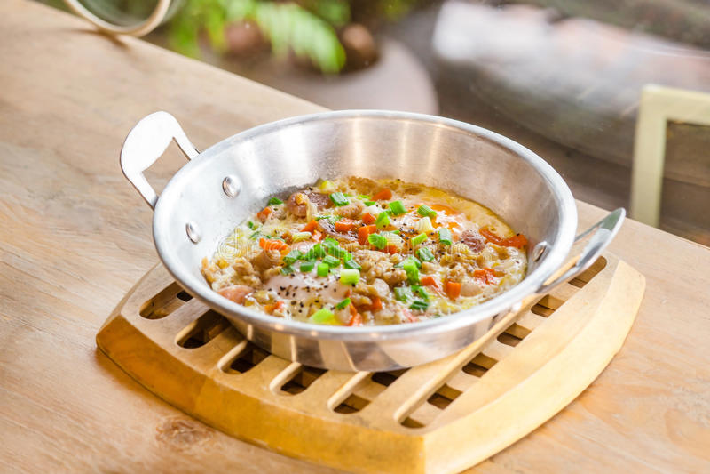 Pentola delle uova fritte con carne di maiale tritata, cipolla, carota immagine stock libera da diritti