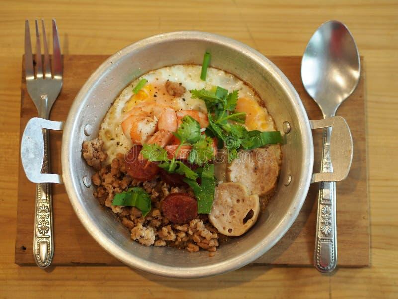 Pentola tailandese dell'uovo di stile con carne di maiale ed il gamberetto Divieto delizioso della prima colazione fotografia stock