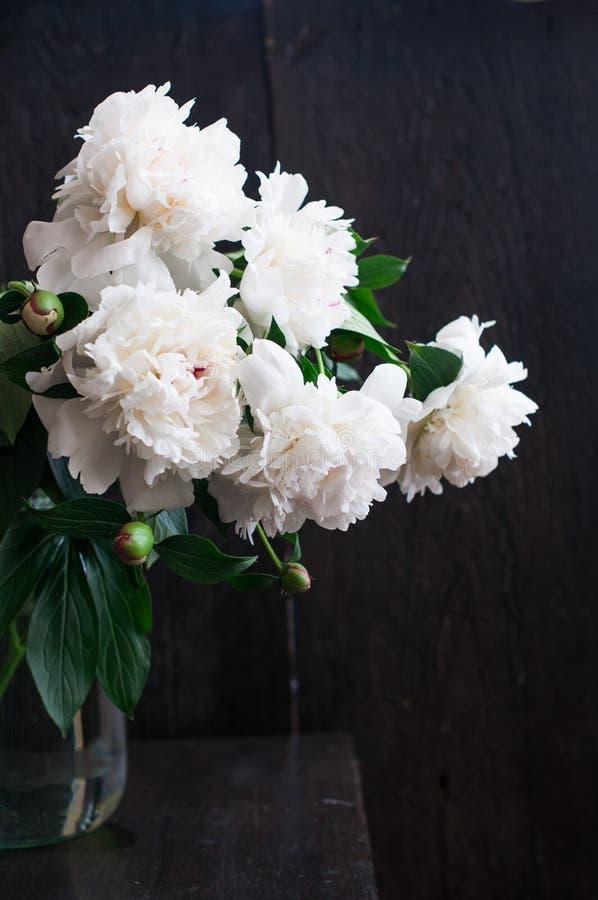 Peonías blancas imponentes en fondo de madera rústico foto de archivo