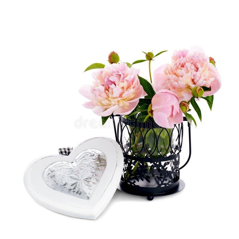 Peonías hermosas en florero con el corazón de madera aislado en b blanco fotos de archivo libres de regalías