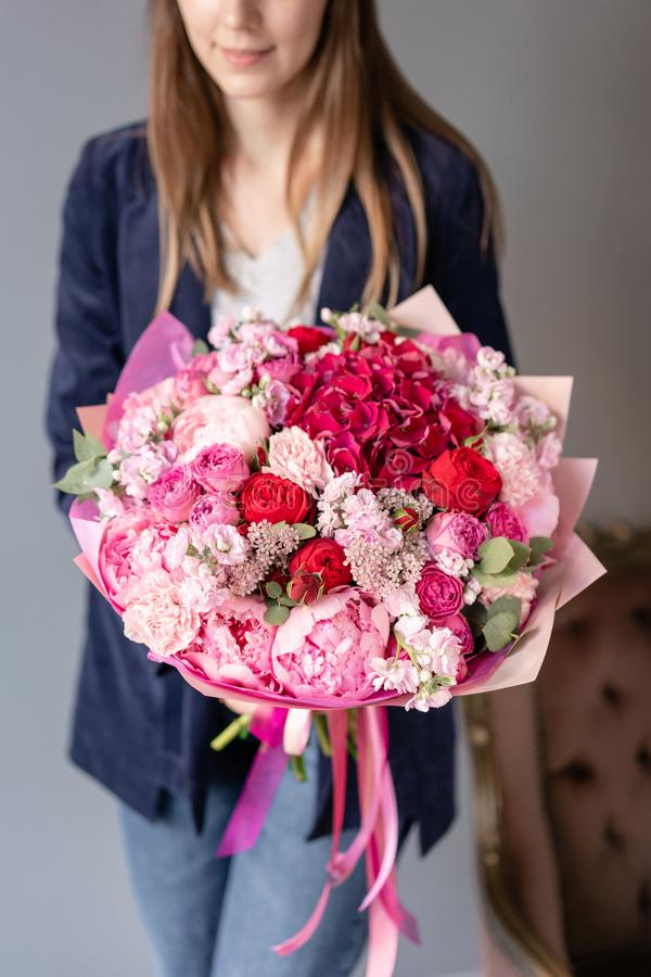 Peonías rosadas y hortensia roja Ramo hermoso de flores mezcladas en mano de la mujer Concepto floral de la tienda Fresco hermoso fotos de archivo