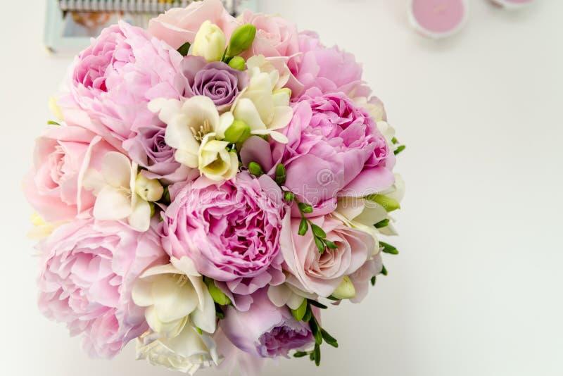 Peonías y rosas foto de archivo libre de regalías