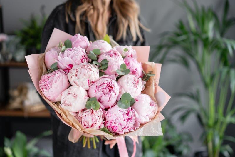 Peon?as rosadas en las manos de la mujer Flor hermosa de la peon?a para el cat?logo o la tienda en l?nea Concepto floral de la ti foto de archivo libre de regalías