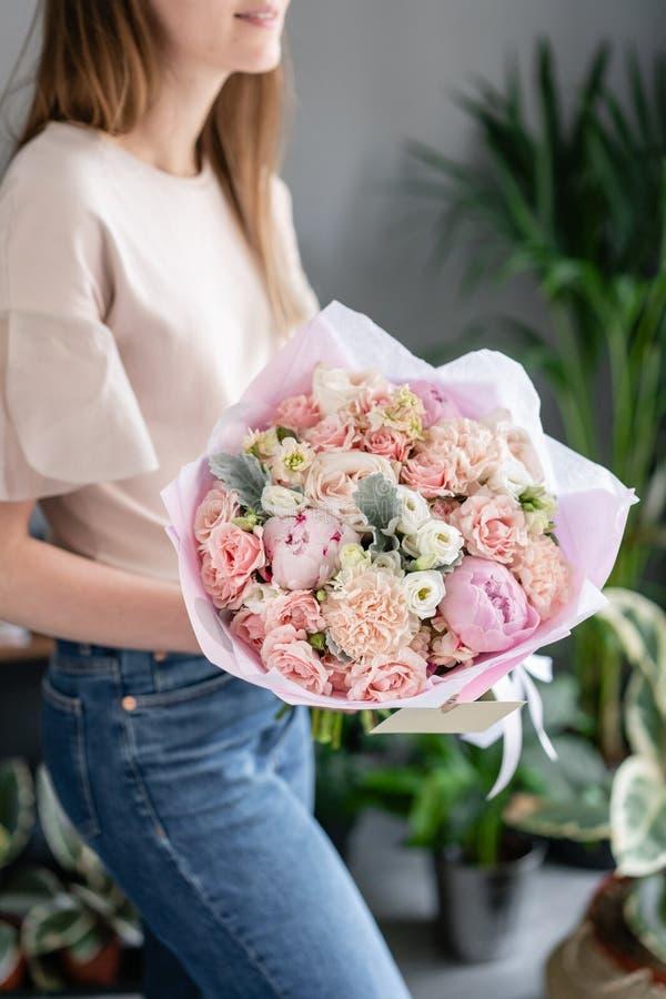 Peon?as rosadas Ramo hermoso de flores mezcladas en mano de la mujer Concepto floral de la tienda Ramo fresco hermoso Flores imágenes de archivo libres de regalías