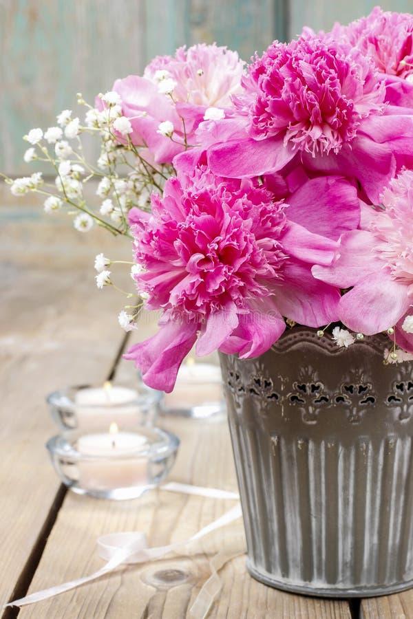 Peonie rosa sbalorditive in secchio d'argento fotografie stock