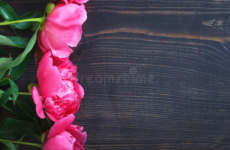 Peonie rosa su una tavola di legno Bello fondo floreale del fondo… con i fiori variopinti immagini stock