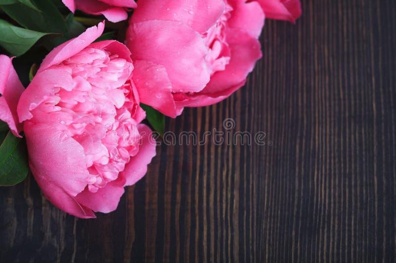 Peonie rosa su una tavola di legno Bello fondo floreale del fondo… con i fiori variopinti immagini stock libere da diritti
