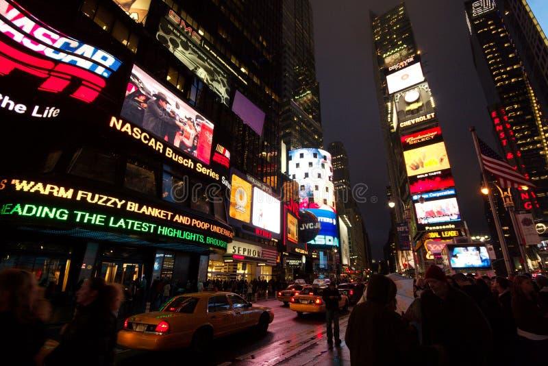 peope人群在是时代广场,曼哈顿的电子峡谷下的 免版税库存照片