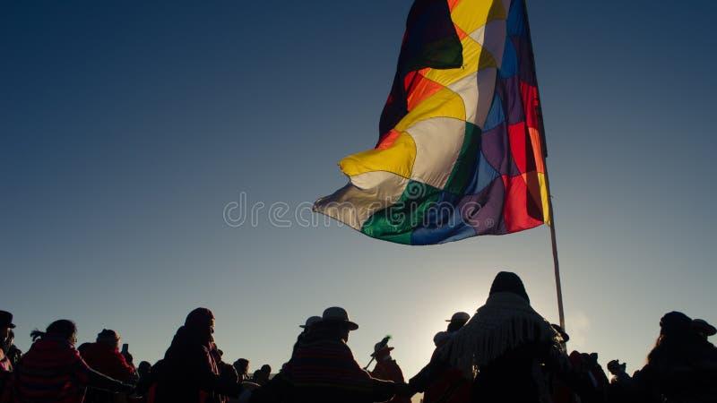 peope跳舞Silohuettes在旗子附近的 免版税库存图片