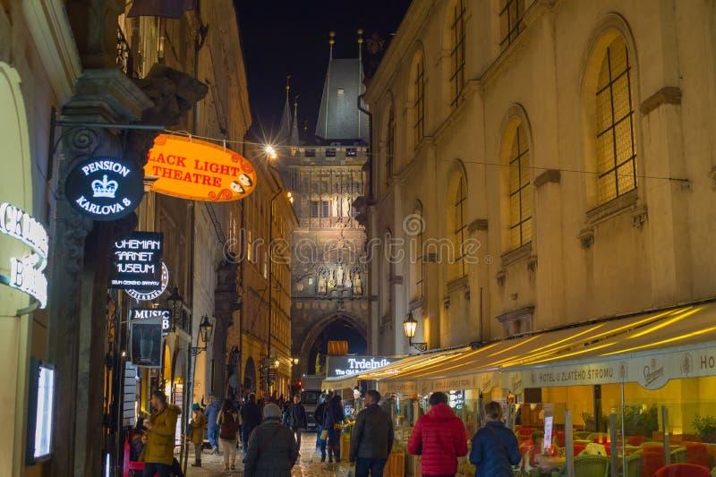 Peope, das alte Stadt Prag geht stockfoto