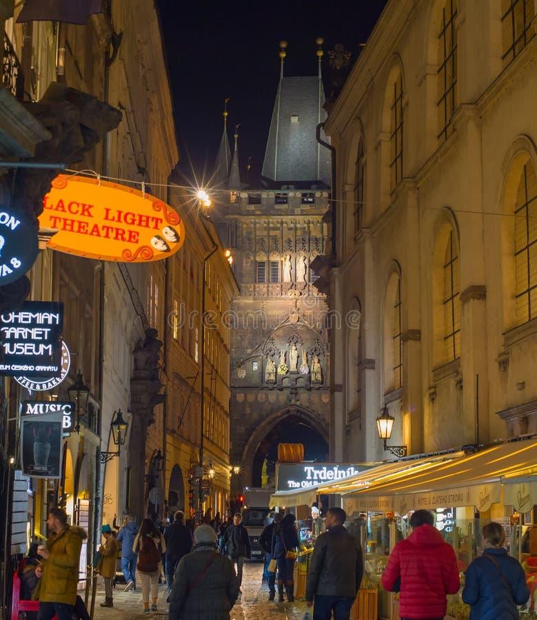 Peope, das alte Stadt Prag geht stockbild