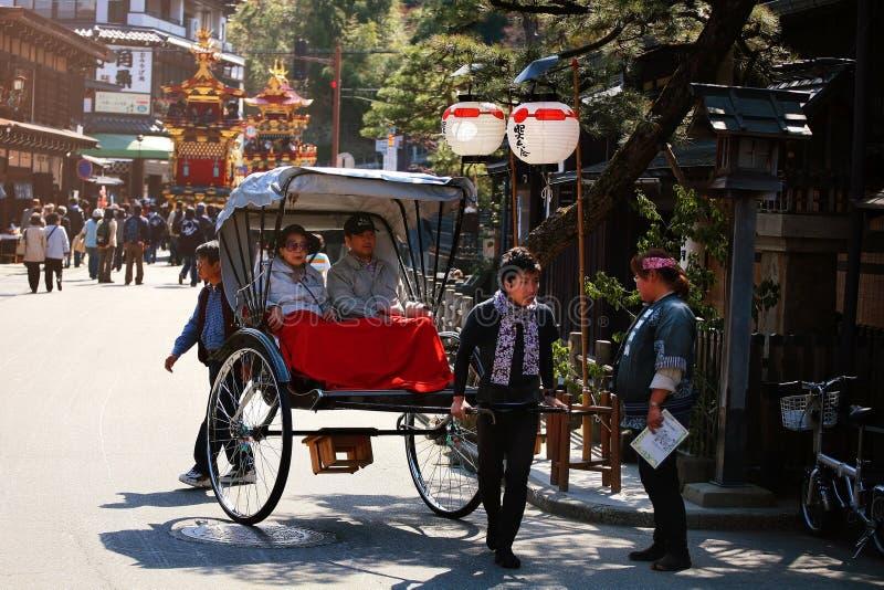 peope på rickshawen deltar i att sväva dockafestival i Takayama fotografering för bildbyråer