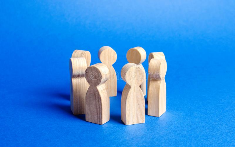 People figurines stand in a circle. discussion, cooperation. Employees briefing. Organization of work and processes. Meeting stock image