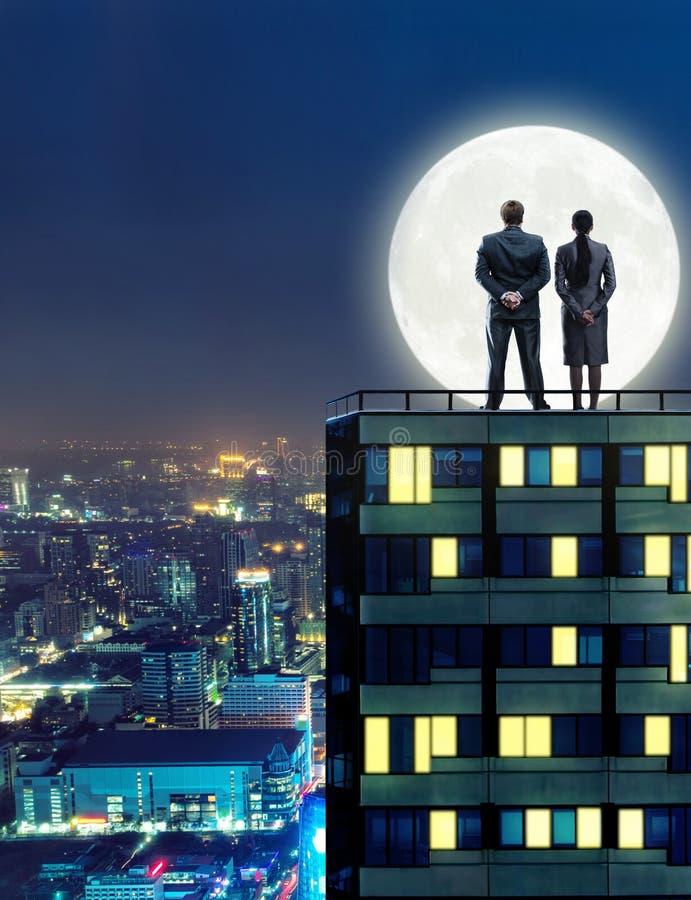 Peopleon d'affaires le toit la nuit photographie stock libre de droits