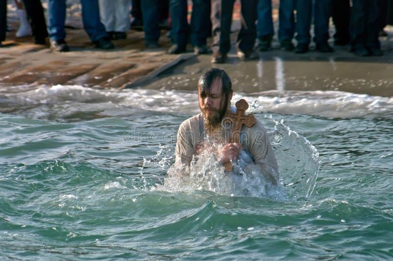 Peopls dopłynięcie w lodzie - zimnej wody Czarny morze podczas objawienia pańskiego w Ortodoksalnej tradyci (Święty chrzczenie) fotografia stock
