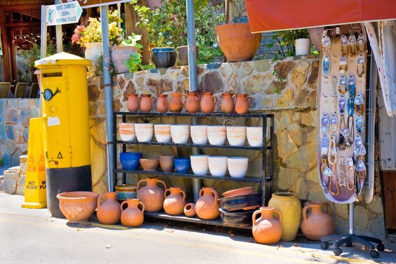 PEOULAS, CHIPRE - AGOSTO, 28, 2013:  Loja de lembrança da rua com a caixa tradicional da cerâmica e do cargo. A vila de Pedoulas e imagens de stock