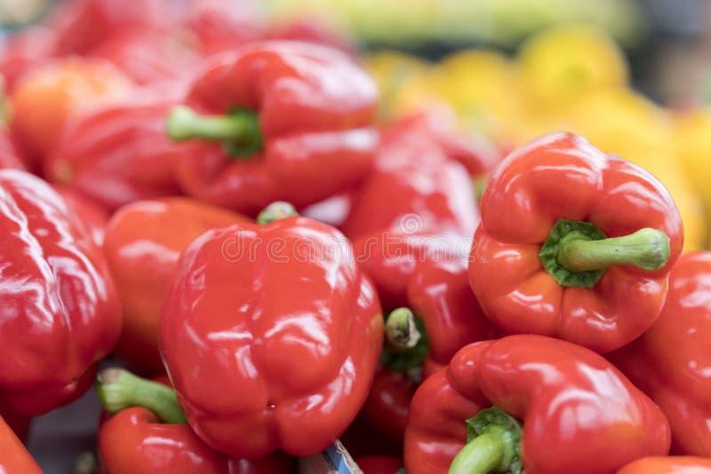 pepe dell'ed sullo scaffale del mercato di strada Modello rosso del peperone dolce Fondo del mucchio dolce fresco della verdura d immagine stock