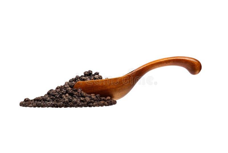 Pepe nero nel cucchiaio di legno, isolato su fondo bianco fotografia stock libera da diritti