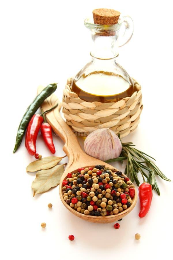 Pepe, olio d'oliva, aglio cinese, erbe e spezie fotografie stock libere da diritti