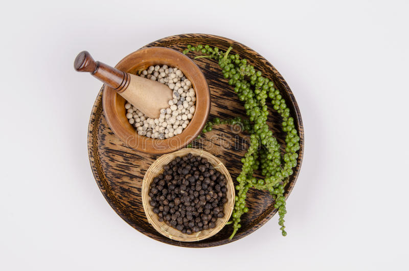 Peper negro, peper blanco (nigrum Linn) ambos del gaitero. La pimienta viene del mismo tipo pero de diversos métodos del almacenam imagen de archivo libre de regalías