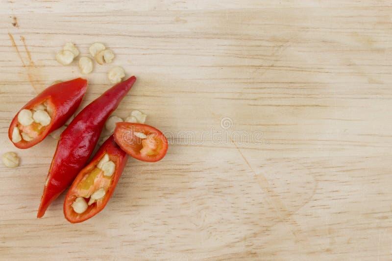 Peper van de plak de rode Spaanse peper op houten scherpe raad stock afbeeldingen
