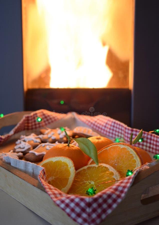 Peperkoek en sinaasappelen op een dienblad voor de schoorsteen royalty-vrije stock foto's
