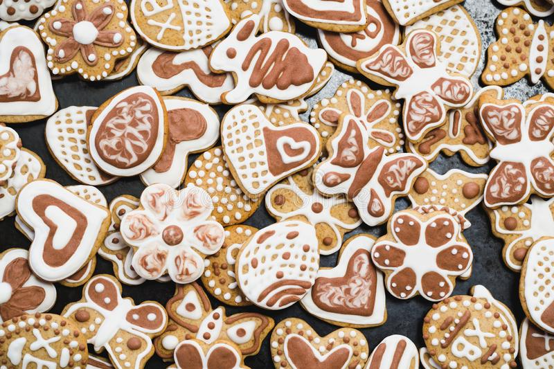 Peperkoek, met wit en chocolade suikerglazuur-suiker die wordt behandeld stock fotografie