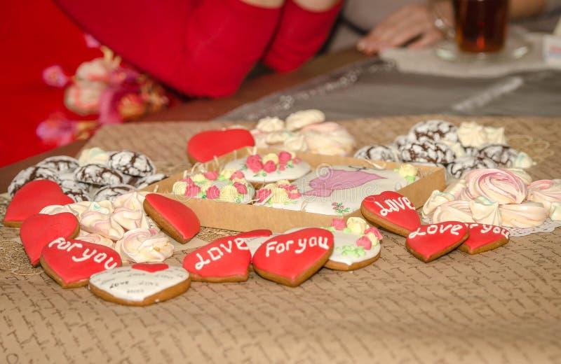 Peperkoek, schuimgebakje en chocoladekoekjes bij de theelijst royalty-vrije stock afbeeldingen