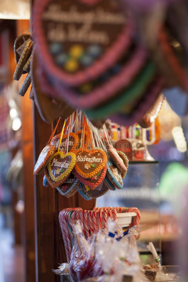 Peperkoeken en Suikergoedriet bij Kerstmismarkt royalty-vrije stock fotografie