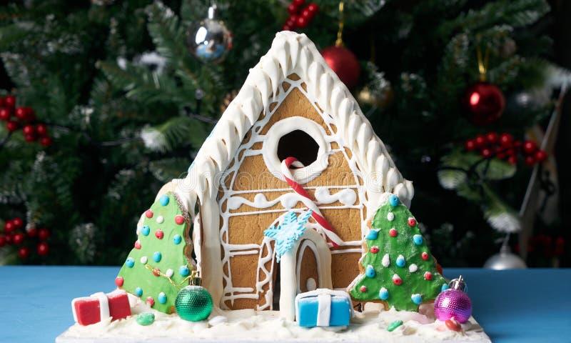 Peperkoekhuis met Kerstbomen royalty-vrije stock fotografie