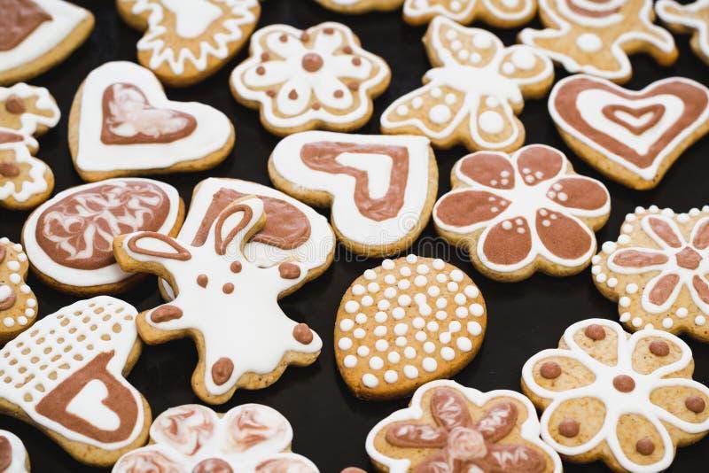 Peperkoekkoekjes in de vorm van een konijn, bloemen, harten, grootmoeders en paaseieren, met wit en chocoladesuikerglazuur dat wo royalty-vrije stock afbeeldingen