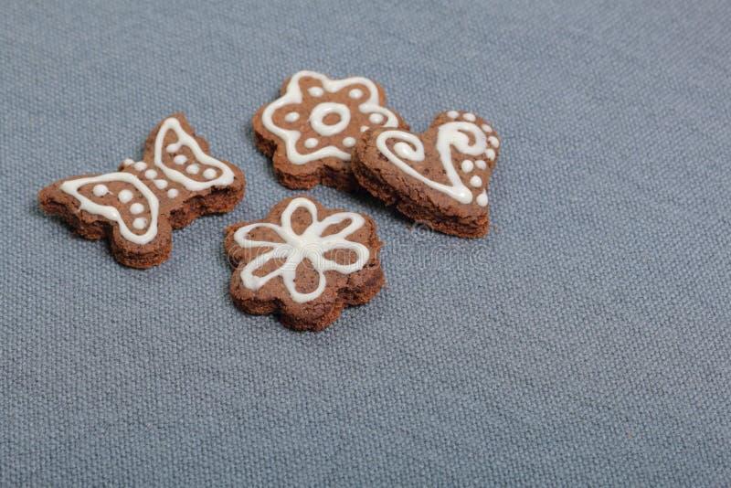 Peperkoekkoekjes die met een patroon van witte glans worden verfraaid stock foto's