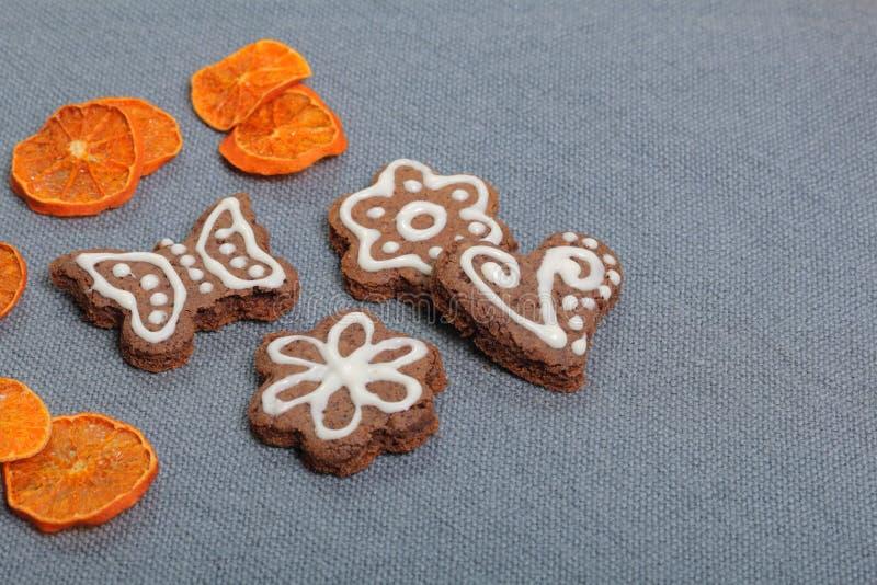 Peperkoekkoekjes die met een patroon van witte glans worden verfraaid royalty-vrije stock afbeelding