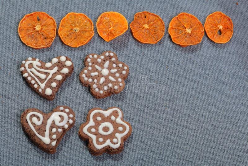 Peperkoekkoekjes die met een patroon van witte glans worden verfraaid stock afbeelding