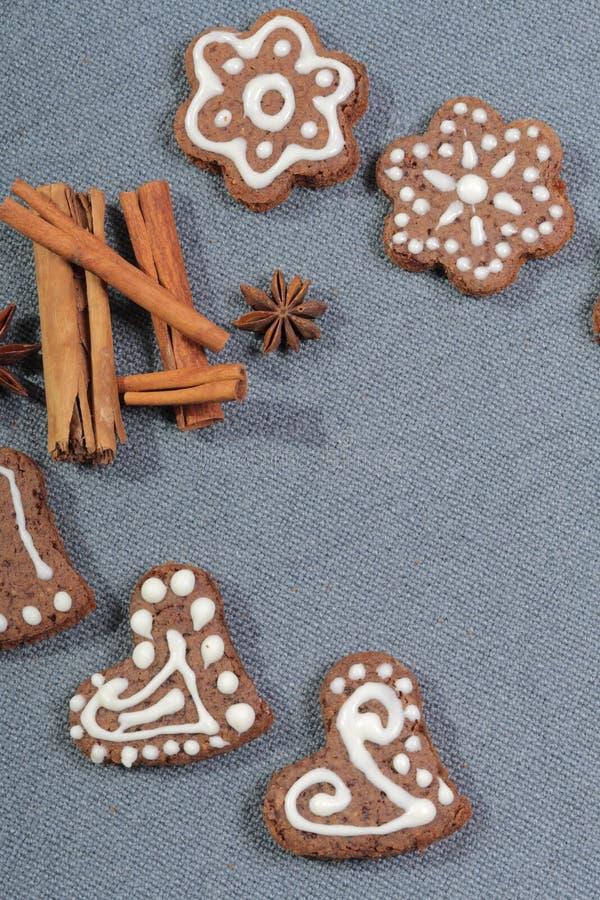 Peperkoekkoekjes die met een patroon van witte glans worden verfraaid royalty-vrije stock afbeeldingen