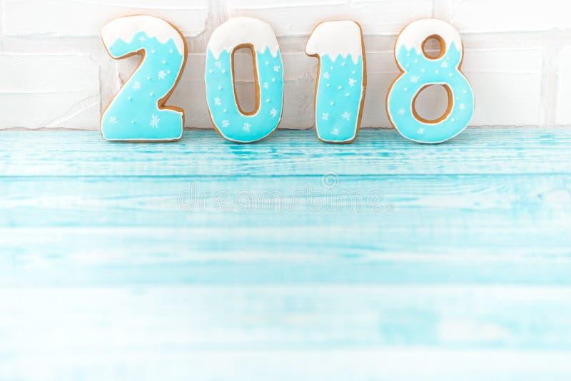 Peperkoekkoekjes, sneeuwvlokken die met lint over een blauwe houten achtergrond hangen Vrije ruimte copyspace voor uw tekst stock afbeelding