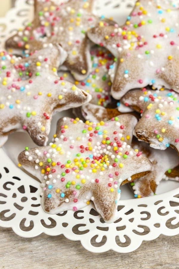 Peperkoekkoekjes in stervorm, Kerstmisdessert stock afbeeldingen
