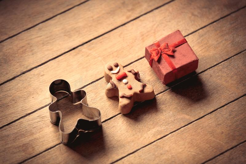 Peperkoekmens met gift en gebakken vormvorm stock fotografie