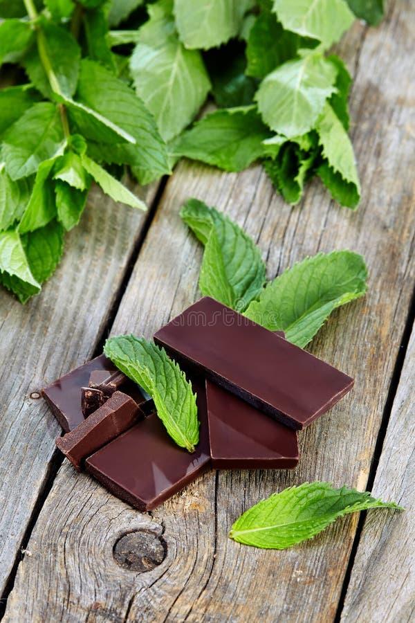 Pepermunt met chocolade op houten lijst royalty-vrije stock afbeeldingen