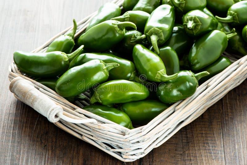 Peperoncini caldi verdi crudi dei jalapeni fotografia stock
