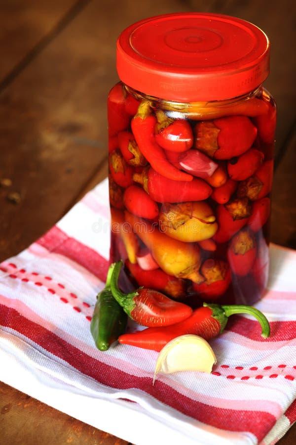Peperoncini rossi in barattolo immagine stock
