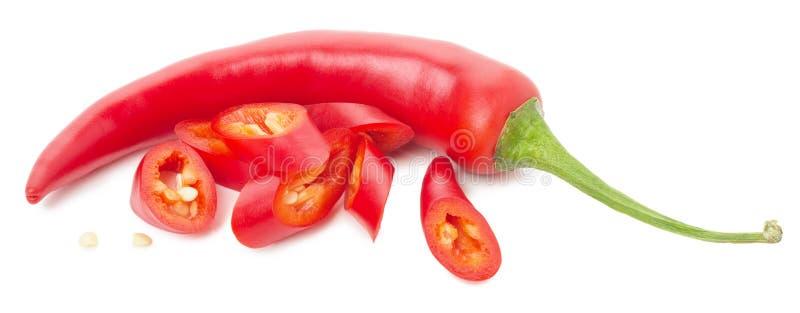 Peperoncini rossi con le fette isolate sui precedenti bianchi fotografia stock