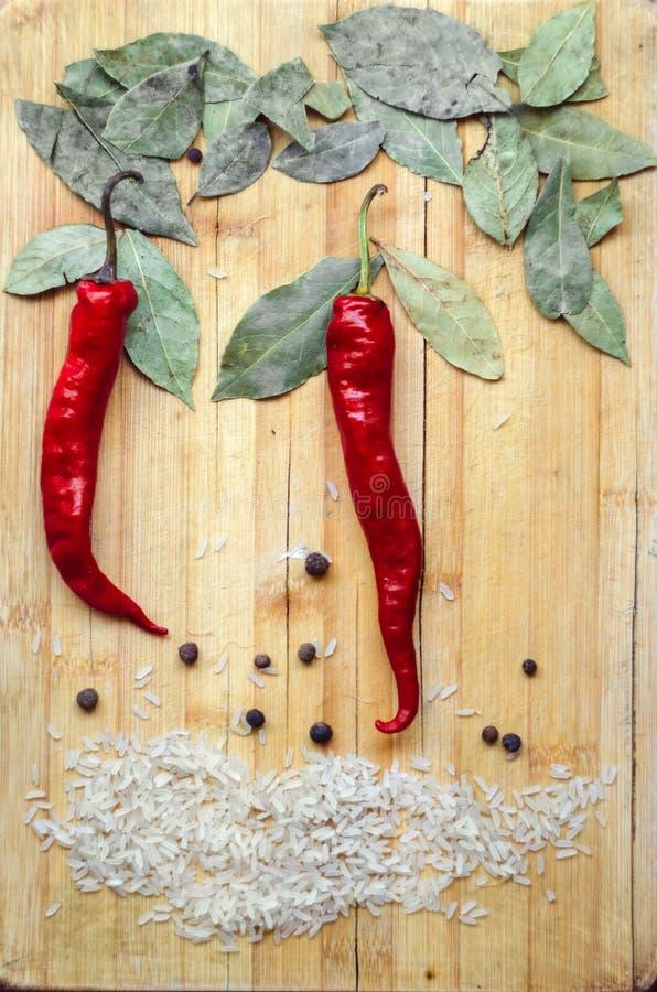 Peperoncini rossi, foglie della baia, riso fotografia stock