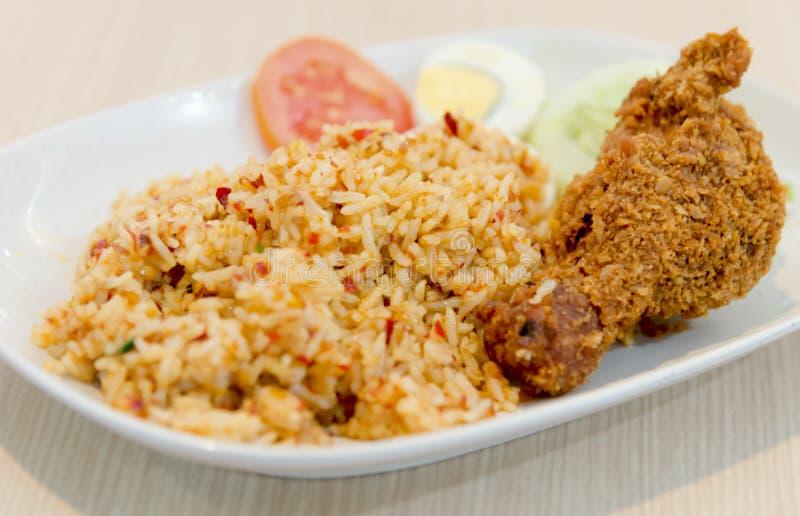 Peperoncini rossi Fried Rice con stile tailandese del pollo fritto fotografia stock libera da diritti