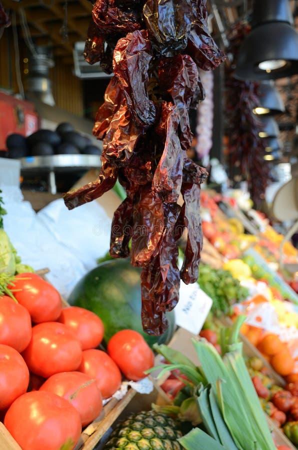 Peperoncini rossi rossi secchi in un mercato della verdura & della frutta fotografia stock