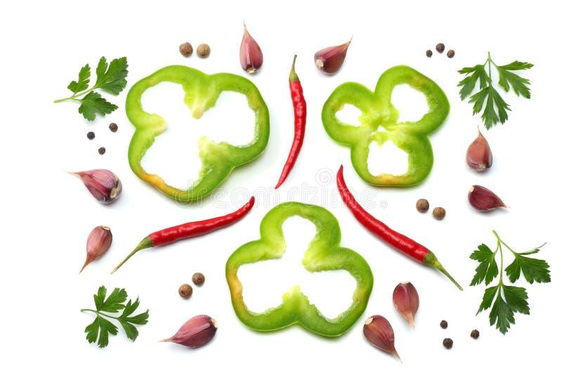 peperoncini roventi con prezzemolo, aglio e le fette tagliate di peperone dolce dolce verde isolato sulla vista superiore del fon immagini stock libere da diritti