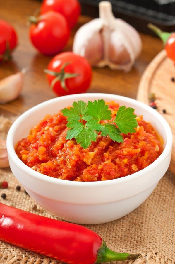 Peperoncino e salsa roventi sulla ciotola bianca fotografia stock libera da diritti