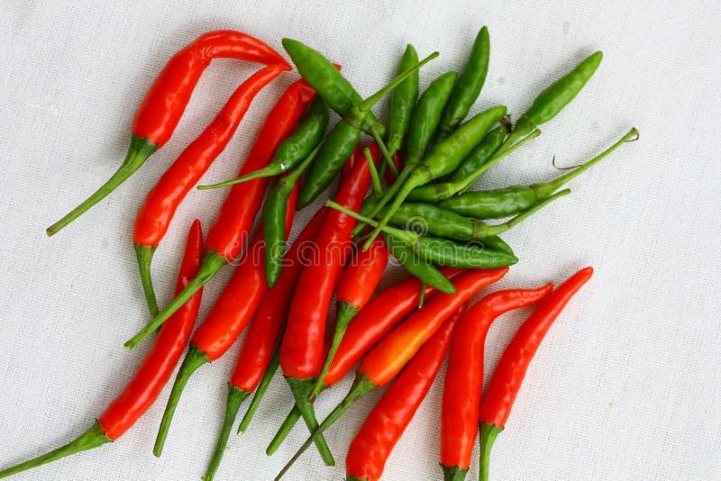 Peperoncino rosso tailandese rosso e verde fotografie stock libere da diritti
