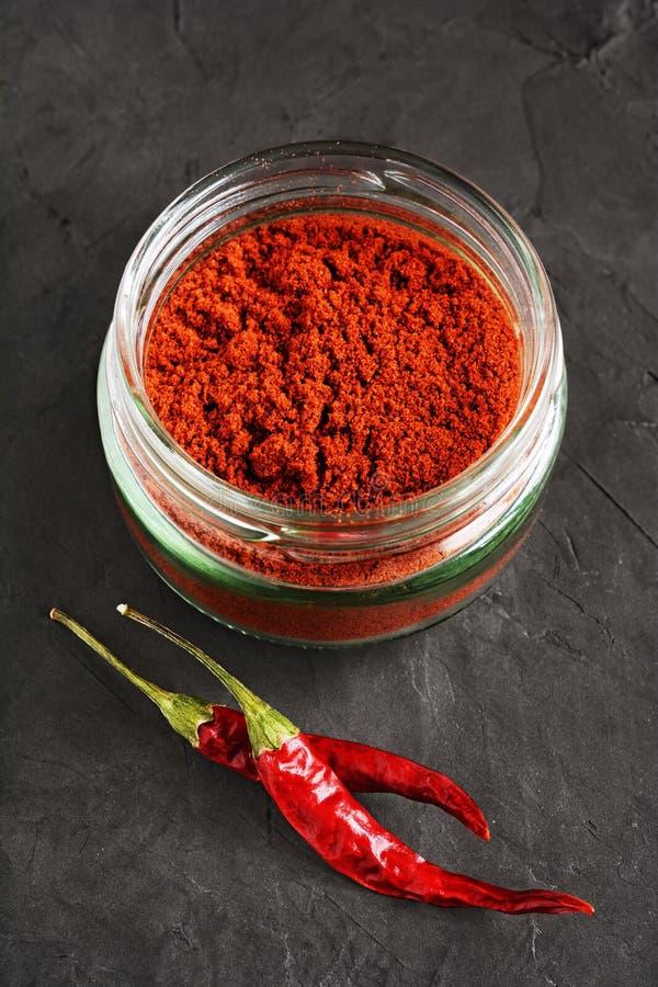 Peperoncino rosso a terra immagine stock