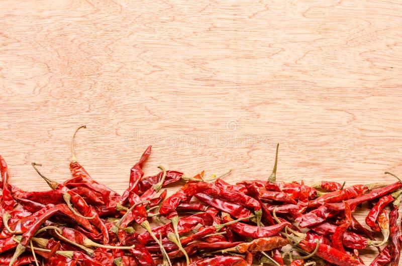 Peperoncino secco rosso su fondo di legno immagine stock